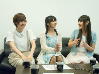 インタビューの様子(左より高橋李依、高野麻里佳、長久友紀)