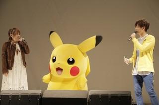 イベントに登壇した 松本梨香、ピカチュウ、佐香智久