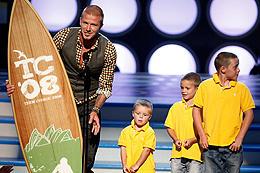 ベッカムは3人の息子たちとサーフボードを獲得!「ハイスクール・ミュージカル」
