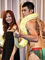 小島よしお、巨大ヘビに締め付けられながら「蛇にピアス」をPR