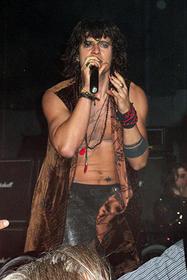 パイレーツ風メイクでロックシンガーを熱演「アラバマ物語」