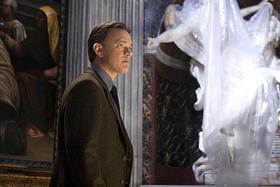 ローマの彫刻が丸の内に出現!「天使と悪魔」