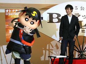 会見に乱入したしんちゃん(左)と山崎監督「BALLAD 名もなき恋のうた」