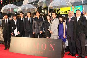 雨中の新宿にレッドカーペットが出現「GOEMON」