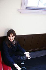 麻生のリラックスした表情がかわいい、 岡田撮影による1枚「おと・な・り」