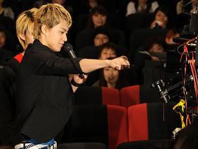 大阪会場でカメラに向かって拳を突き出す小栗旬「クローズZERO II」
