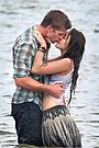 マイリー・サイラスが共演男優とビーチでキス!主演作では両親役が決定