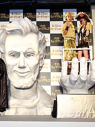 巨大リンカーン像の掌にのった2人「ナイト ミュージアム」