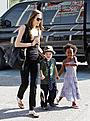 アンジェリーナ・ジョリー、娘たちとのショッピング風景をパパラッチ!