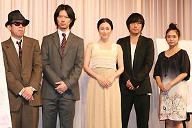 矢崎監督は終始サングラスを外さず…「スイートリトルライズ」