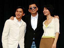 左から、トニー・レオン、ウォン・カーウァイ監督、マギー ・チャン(香港映画祭オープニング・セレモニーにて)「シックス・デイ」