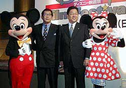 会場にはミッキーとミニーも登場(中央は左からブエナ・ビスタ・インターナショナル・ジャパン佐野日本代表、ウォルト・ディズニー・インターナショナル・ジャパン星野社長)「白雪姫」