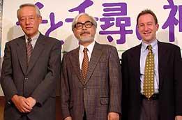 (左より)松岡功氏、宮崎駿監督 スティーブン・アルパート氏「千と千尋の神隠し」