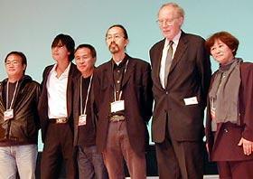 (左より)キム・ソンス、チョン・ウソン、ホウ・シャオシェン、 ジェイコブ・ウォン、ウルリッヒ・グレゴー ル、岡本みね子