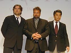 <左より>ピエランジュ・ル・ポギャム顧問、 リュック・ベッソン会長、野口照彦社長「TAXi(3)」