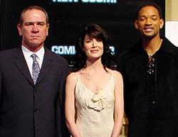 (左より)トミー・リー・ジョーンズ、 ララ・フリン・ボイル、ウィル・スミス「メン・イン・ブラック2」