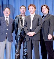 (左より)中村嘉葎雄、柳葉敏郎、浜田雅功、岩本仁志監督