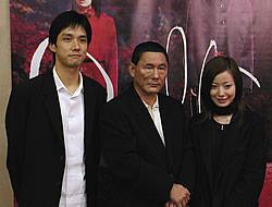 (左より)西島秀俊、北野武監督、管野美穂「Dolls(ドールズ)」