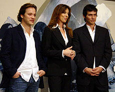 (左より)ピーター・サースガード、 キャスリン・ビグロー監督、クリスチャン・カマルゴ「K-19」