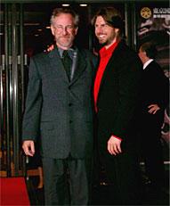 赤絨毯を踏んで来場した スピルバーグ(左)とトム「マイノリティ・リポート」