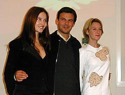 (左より)ビルジニー・ルドワイヤン、 フランソワ・オゾン監督、リュディビーヌ・サニエ「8人の女たち」