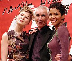 (左より)ロザムンド・パイク、リー・タマホリ監督、ハル・ベリー「007 ダイ・アナザー・デイ」
