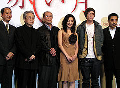 (左より)富山プロデューサー、なかにし礼、降旗康男監督 常盤貴子、伊勢谷友介、香川照之「赤い月」