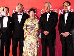 (左より)山本マーク豪氏(TOHOシネマズ社長)、 リチャード・ブランソン氏(ヴァージングループ会長)、 沢口靖子、松岡功氏(東宝会長)、高井英幸氏(東宝社長)「青い夢の女」