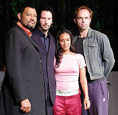 (左より)ローレンス・フィッシュバーン、キアヌ・リーブス、 ジェイダ・ピンケット・スミス、ヒューゴ・ウィービング「マトリックス リローデッド」