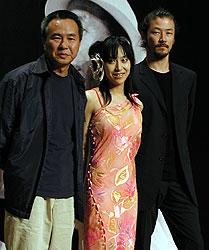 (左より)ホウ・シャオシェン監督、一青窈、浅野忠信「東京物語」