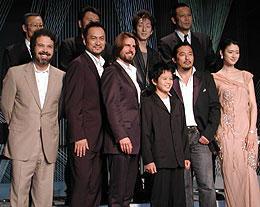 (後列左より)福本、原田、中村、菅田 (前列左より)ズウィック監督、渡辺、クルーズ、池松、真田、小雪「ラスト サムライ」