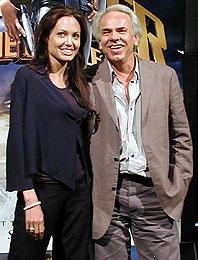 (左より)アンジェリーナ・ジョリー、 ヤン・デ・ボン監督「トゥームレイダー2」