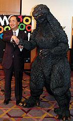 今年もTIFFで上映されるゴジラと 握手を交わす角川歴彦GP「ミシェル・ヴァイヨン」