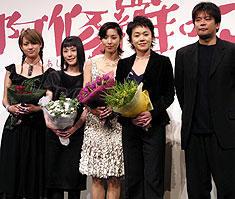 (左より)深田恭子、深津絵里、黒木瞳、 大竹しのぶ、森田芳光監督「阿修羅のごとく」