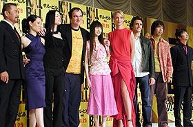 (左より)千葉、ルーシー、ジュリー、タランティーノ監督、栗山、 ユマ、ローレンス、石川、種田「キル・ビル」