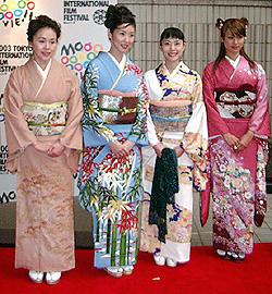 「阿修羅のごとく」の4姉妹 (左より)大竹しのぶ、黒木瞳、深津絵里、深田恭子「阿修羅のごとく」