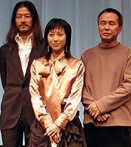 (左より)浅野忠信、一青窈、 ホウ・シャオシェン監督「珈琲時光」