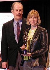 (左より)ドゥニ・アルカン監督、 妻で製作のドゥニーズ・ロベールと オスカー像「みなさん、さようなら」