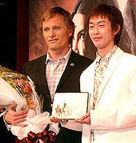 花束贈呈に来場した武幸四郎騎手に 自ら撮った馬の写真集をプレゼントしたヴィゴ「ロード・オブ・ザ・リング」