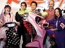 (左より)深田恭子、岡本義徳、宮迫博之、 中島哲也監督、土屋アンナ 手にしているのは下妻名産のキャベツ「下妻物語」