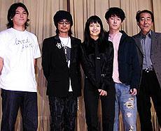 舞台挨拶に立った 永瀬正敏(左より2人目)、宮崎あおい(中央)ら「ラブドガン」