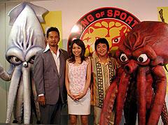 (左より)いかレスラー、西村修、石田香奈、 河崎実監督、たこレスラー「いかレスラー」