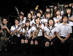 矢口史靖監督(前列左端)ほか、 主演・上野樹里(前列左より4人目)ら バンドメンバーが勢揃い「スウィングガールズ」