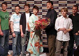 5人のトレーシー・ボーイズと、ゲストの長澤まさみから 花束を受け取るジョナサン・フレイクス監督「サンダーバード」