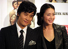 イ・ビョンホン(左)とチェ・ジウ「誰にでも秘密がある」