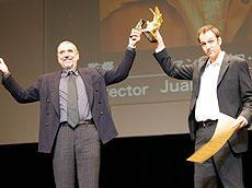 「ウィスキー」のフアン・パブロ・レベージャ監督(右)と 主演のアンドレス・パソス「ウィスキー」