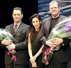 (左より)トム・ハンクス、花束贈呈に来場した工藤静香 ロバート・ゼメキス監督「ターミナル」