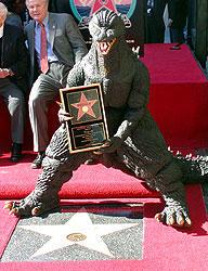 記念碑を前に認定証を掲げるゴジラ「ゴジラ FINAL WARS」