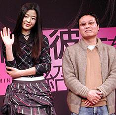 チョン・ジヒョン(左)とクァク・ジェヨン監督「猟奇的な彼女」