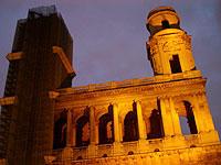 教会は現在、片方の塔が工事中「ダ・ヴィンチ・コード」
